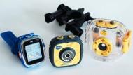 Kinderkram: Smartwatch 2 und die ActionCam samt ihrem Unterwassergehäuse und einer Fahrradlenkerbefestigung.