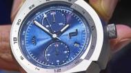 Mit Kipphebel-Technik: Der Porsche-Design-Chronograph verzichtet auf die sonst üblichen Drücker.