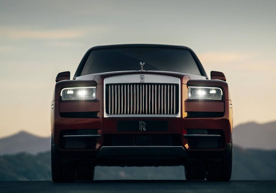 Der Cullinan hat einen V12-Motor von BMW mit 6,75 Liter Hubraum und 571 PS. Topspeed sind  250 km/h. Die Reifen sind 22-Zöller, die Länge beträgt 5,34 Meter