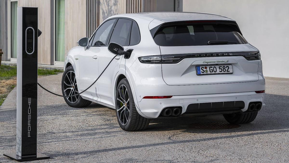 Porsche plugt es an