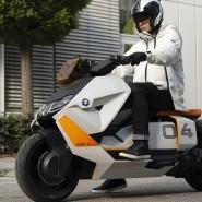 Hier kommt der Neue: Der CE 04 löst den 2013 vorgestellten C-Evolution ab, mit dem BMW zum Vorreiter der Elektromobilität wurde. Doch wurden von dem teuren Frühwerk nur etwa 8000 Stück gebaut.