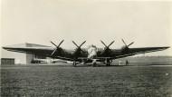 Größenvergleich: Ein kleiner Gerner-Flieger mit sechs Meter Spannweite auf dem Frankfurter Rebstock vor der nur zweimal gebauten Junkers G38, dem damals größten deutschen Flugzeug. Die Spannweite der G38 war 44 Meter.