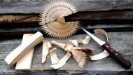 Hier wird eine Heiliggeisttaube aus Zirbenholz geschnitzt