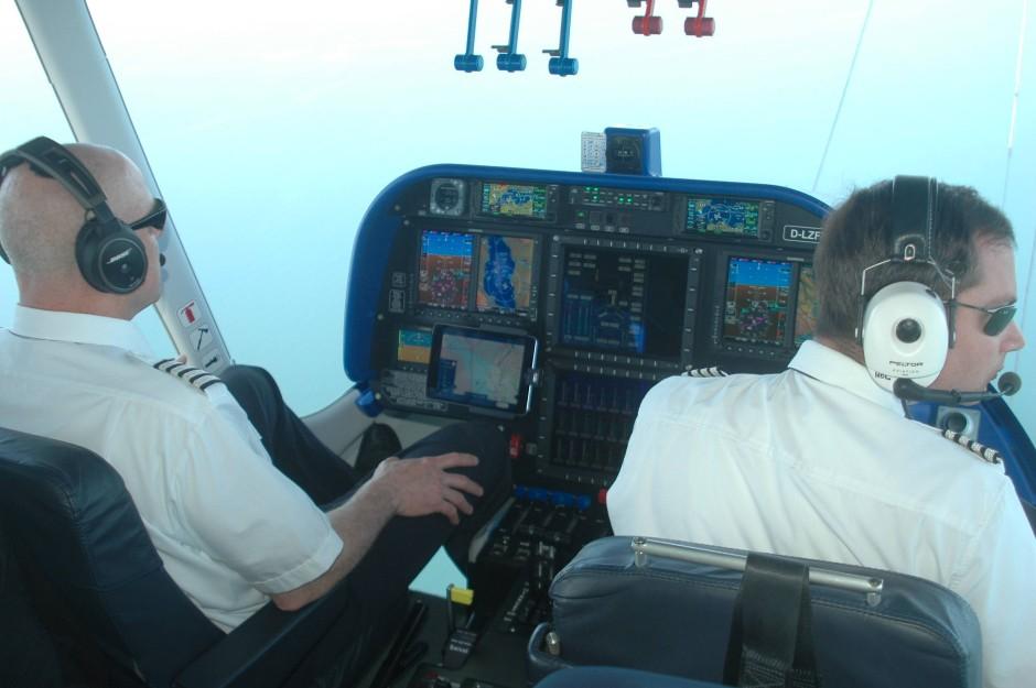 Blick ins Cockpit des Zeppelin, besetzt mit zwei Berufspiloten.