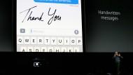 Bei wem das Update auf iOS10 funktioniert hat, auf den warten kleine Spielereien wie diese Funktion, die Texte in Handschrift erscheinen lässt.