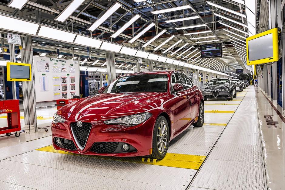 Endspurt: Das fertige Auto läuft vom Band, wie man so sagt, obwohl selbst eine Giulia eher rollt.