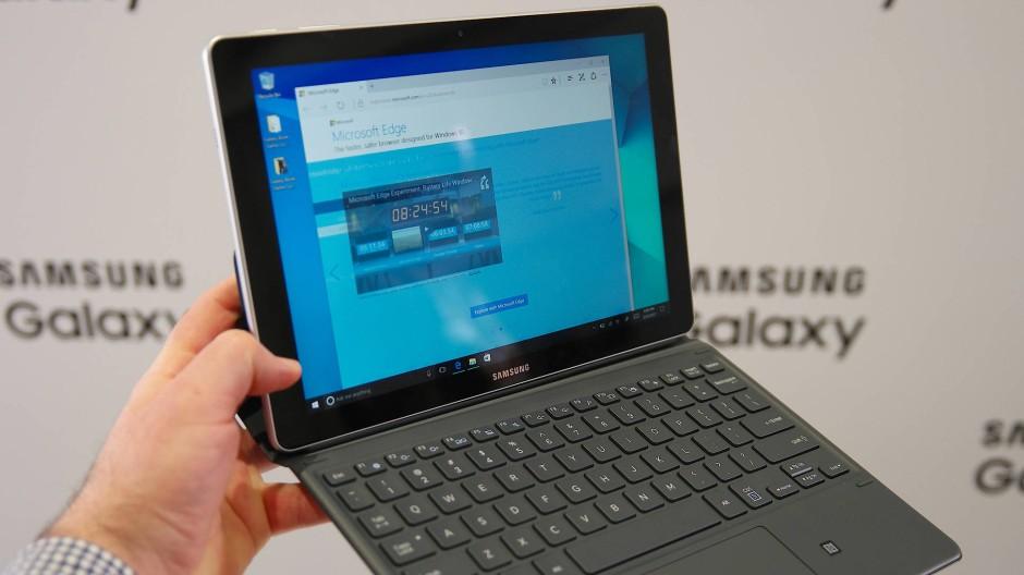 """Samsungs Galaxy Book 12"""" soll dem Surface Pro 4 von Microsoft Konkurrenz machen. Bis zum Marktstart sind es aber noch rund drei Monate."""