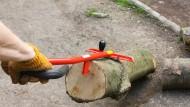 Am Haken: Ab geht's zum Spalten. Der HolzUp ist da ein zuverlässiger Helfer.