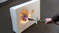 Heiße Technik: Fünf Minuten lang schützt die vier Millimeter starke Folie den Schaumstoff, an der Rückseite bleibt es solange relativ kühl.