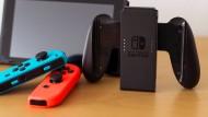 Startet heute in den Verkauf: die Nintendo Switch. Hier zu sehen mit den drahtlosen Controllern und der Gamepad-Halterung.