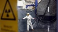 Ein kontaminierter Dampferzeuger aus Obrigheim wird im Zwischenlager Lubmin auseinandergenommen.