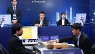"""Der Computer """"AlphaGo"""" siegt: Der koreanische Go-Weltmeister Lee Se-dol (rechts) unterliegt im März 2016 mit 1:3."""
