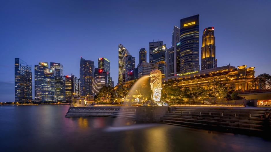 Singapur: Die Merlion-Statue steht vor dem Geschäftsviertel der Stadt am Wasser.
