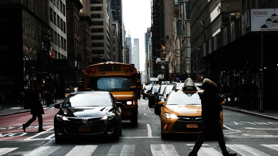 Die Straßen in New York sind stark belastet – das macht sich bemerkbar. Die Einnahmen der Maut sollen die finanzielle Sicherheit bieten, um die Infrastruktur zu modernisieren.