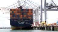 Containerschiff im Hafen von Southhampton