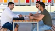 Flüchtlinge bei einem simulierten Bewerbungsgespräch in Hannover: Das größte Hindernis bei der Integration sieht Braun in fehlenden Sprachkenntnissen.