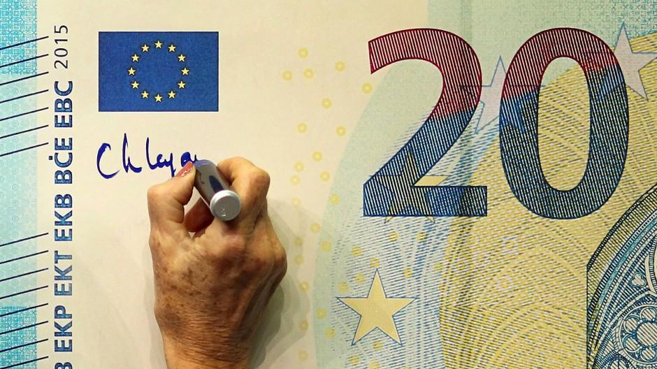 Unterschrift von der neuen Chefin: Christine Lagarde verewigt sich auf einer Euro-Note.