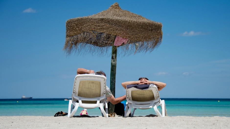 Auch 2021? Deutsche Urlauber am Strand von Mallorca