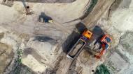 Ein Bagger belädt einen Lkw mit Sand auf der Baustelle des neuen Schiffshebewerkes in Niederfinow (Brandenburg).