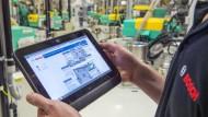 Mit dem Tablet in der Werkshalle: So modern geht es in vielen Unternehmen noch nicht zu.