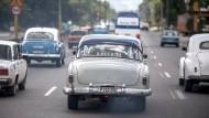 Noch fahren viele Oldtimer durch Havanna, doch der Automarkt im sozialistischen Kuba wandelt sich.
