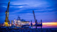 """Vorgänger der """"Fortuna"""": Das russische Verlegerchef """"Akademik Tscherski"""" im Hafen der Mukrans auf der Insel Rügen (Archivbild aus dem September 2020)."""