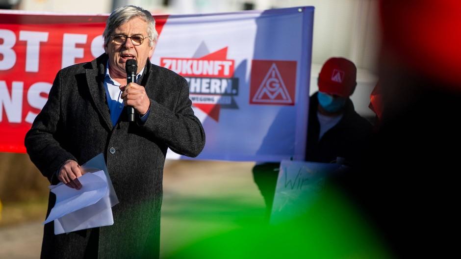 Jörg Hofman während einer Protestkundgebung der IG Metall vor dem Syntegon-Firmensitz im März 2021