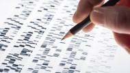 Ein Wissenschaftler untersucht DNA-Gel, das in der Genetik, Forensik, Pharmaforschung, Biologie und Medizin Anwendung findet.