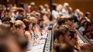 Im Hörsaal müssen Studenten nur zuhören. Doch wenn direkte Interaktion mit Dozenten ansteht, werden manche unsicher.