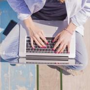 Immer online? Viele Urlauber verbinden sich freiwillig auch außerhalb der Arbeitszeit mit ihrem Unternehmen.