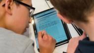 Noch eine Seltenheit: Nur eine Minderheit der deutschen Schüler kann im Unterricht am Tablet arbeiten.