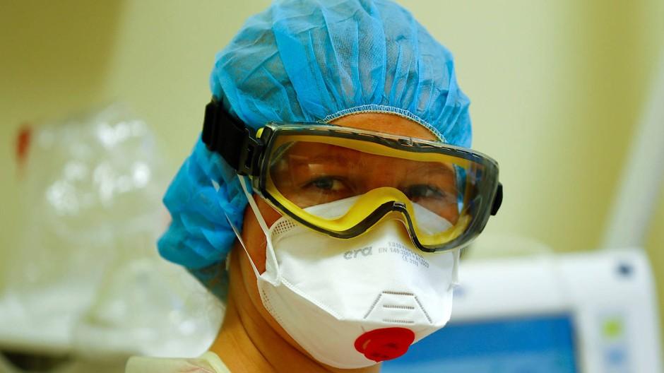 Eine Krankenschwester auf der Intensivstation in einem Berliner Krankenhaus