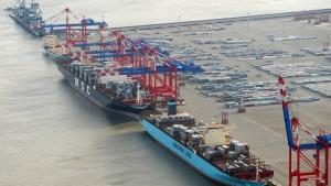 Im Jade-Weser-Port hat erstmals das weltgrößte Containerschiff angelegt