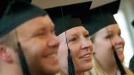 Hut ab - wer studiert, hat ein viel höheres Einkommen als jemand ohne Universitäts-Abschluss.