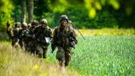 Fallschirmjäger der Bundeswehr bei der Übung