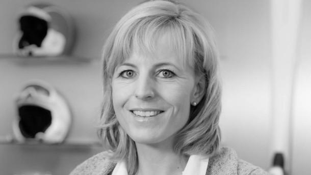 Martina Ertl - Aus der ehemaligen Skirennläuferin ist eine Geschäftsfrau geworden. Mit ihrem Mann führt sie in München ein großes Sportgeschäft.