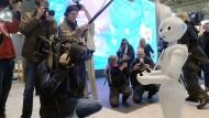 """Der Roboter """"Pepper"""" der französischen Firma Aldebaran auf der Cebit-Messe in Hannover im vergangenen Jahr."""