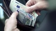 Geringe Inflation und Lohnsteigerung - macht unter dem Strich mehr Geld im Portemonnaie.