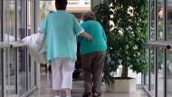 Überraschend viele Altenpfleger halten ihrem Beruf die Treue.