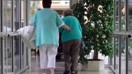 Altenpfleger bleiben ihrem Beruf länger treu als gedacht