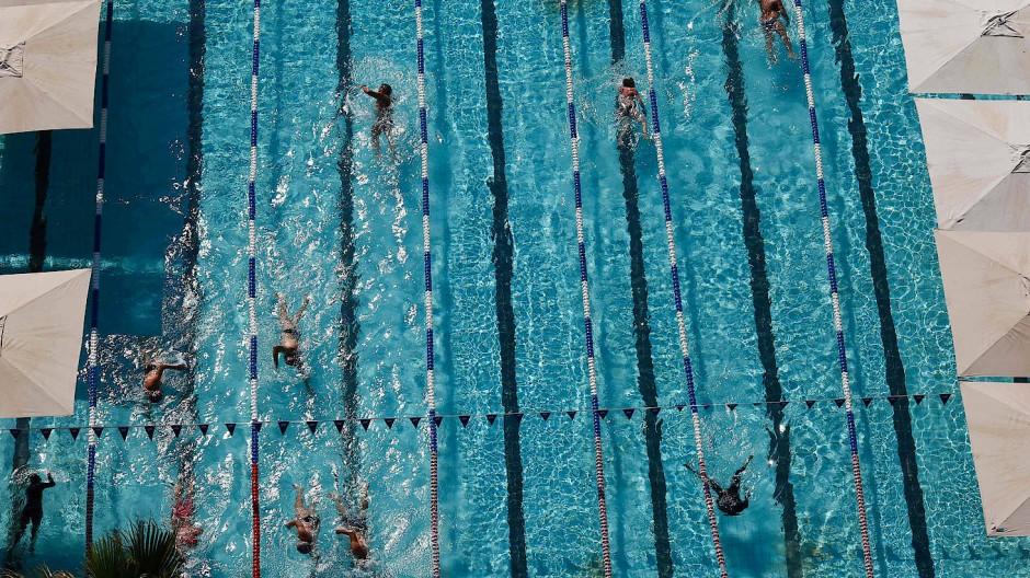 Nachdem sie ihren grünen Pass vorgezeigt haben, können Israelis in Tel Aviv ein Schwimmbad benutzen.
