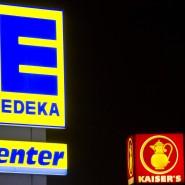 Die Leuchtreklamen von zwei Supermärkten der Ketten Kaiser's Tengelmann und Edeka
