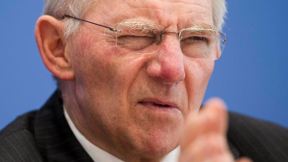 """Finanzminister Schäuble berichtet über seinen britischen Amtskollegen Osborne: """"Er hat auf meine Frage, ob denn Großbritannien unter allen Umständen keiner Regelung zustimmen wolle, gesagt, das wolle er nicht so sagen, aber er hat die Wahrscheinlichkeit nicht sehr hoch angesetzt."""""""