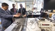 Beschwörung des Erfindergeistes: Hessens Wissenschaftsminister Boris Rhein bei den Frankfurter Biophysikern.