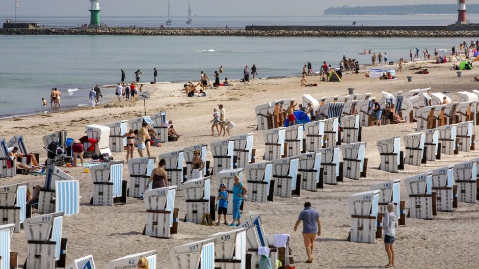 Gut besucht ist der Strand von Rostock-Warnemünde gerade: Urlaubsreisen sind tatsächlich etwas teurer geworden in Deutschland zuletzt.