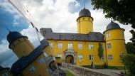 Was verbirgt sich im gelben Schloss im Westerwald? Ein riesiger Weiterbildungsbetrieb!