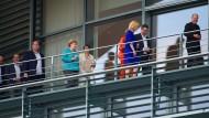 Heute Abend auf einem Balkon des Kanzleramts: Die Spitzen der Koalition, unter anderem Kanzlerin Angela Merkel (CDU, Mitte) und Finanzminister Olaf Scholz (SPD, rechts).
