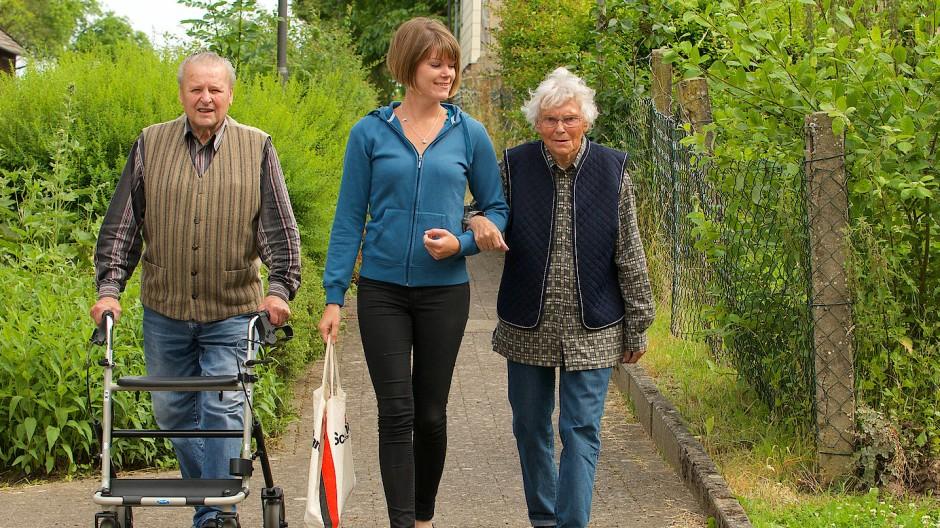 Pflege ist zeitaufwändig. Trotzdem werden Auszeiten vom Beruf nur spärlich in Anspruch genommen.