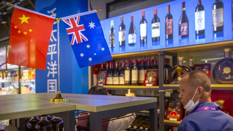 Ein Besucher betrachtet eine Ausstellung australischer Weine auf der China International Import Expo (CIIE) in Shanghai.