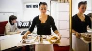 Nicht der zukunftsträchtigste Studentenjob: Serviererin im Hotel.